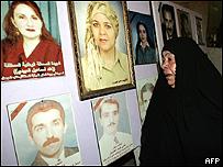 Mujern iraquí observa fotos de periodistas asesinados en su país desde 2003