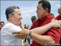 Hugo Ch�vez (dcha) y �lvaro Uribe