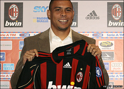 Ronaldo poses with the AC Milan shirt