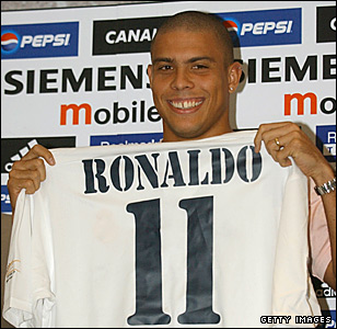 Ronaldo poses with the Real shirt in 2002