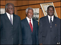 Kenyan President Mwai Kibaki (L), former UN Secretary General Kofi Annan (C), opposition leader Raila Odinga, (R) at Government House in Nairobi, Kenya (08/02/2008)