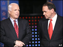John McCain and Mitt Romney during a televised debate (10/01/2008)