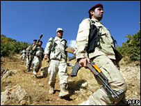 Iraqi Kurdish peshmerga troops patrol the Iraq-Turkey border (archive)