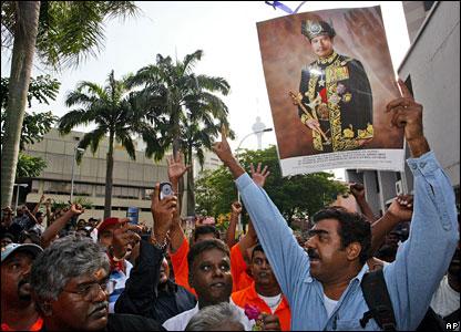 Protestors with a portrait of Malaysian King Sultan Mizan Zainal Abidin, 16 February 2008