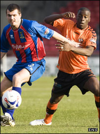 Russell Duncan (left) tussles with United's Morgaro Gomis