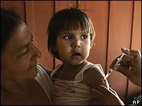 Personal médico vacuna a una niña