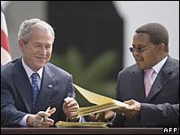 President Bush and Tanzanian President Jakaya Kikwete sign aid package (17/02/08)