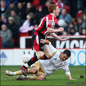 Sheffield United's Stephen Quinn challenges Fabio Rochemback