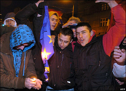 Protesters burn an EU flag in front of the US embassy in Belgrade on February 17, 2008.