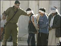 Israeli soldiers guard Palestinian detainees captured during an operation in the Gaza Strip, 18-02-08.