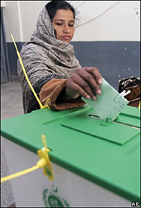 Paquistaní vota en Islamabad (18/02/08)