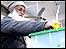 Hombre pakistaní coloca su voto en la urna