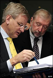 Swedish Foreign minister Carl Bild (L) reviews documents with Slovenian counterpart Dimitrij Rupel before talks in Brussels on 18 February
