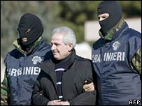 Pasquale Condello (centre) escorted by Italian policemen, 19 February 2008