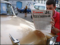 Un hombre lee el periódico Granma en La Habana, Cuba