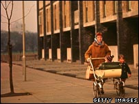 1950s housewife sets off to the shops in the Gorbals