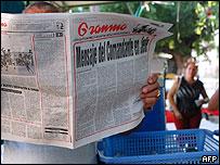 Cubano leyendo el Granma