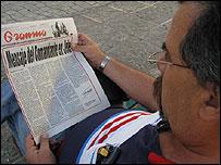 Cubano leyendo el anuncio de Fidel Castro (Foto: Raquel Pérez)