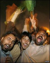 Supporters of Nawaz Sharif celebrating