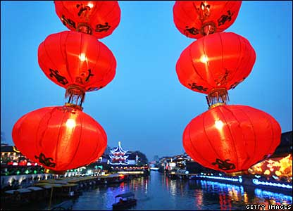 Red lanterns along the Wende Bridge in Nanjing, 19 February 2008