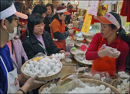 Tiawanese buy rice balls in Taipei, 19 February 2008