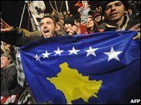 Kosovans wave the new Kosovan flag as they celebrate the declaration of independence (17/02/2008)