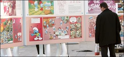 Un hombre observa una serie de afiches o postres en el Festival Internacional de Cómics (Pierre Andrieu/AFP/Getty Images)