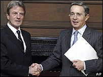 Bernard Kouchner (izq.) y Álvaro Uribe en Bogotá el 21 de febrero