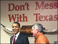 Barack Obama en la Universidad de Texas junto al entrenador del equipo de fútbol de la institución