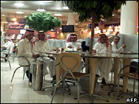 Young men in a shopping centre in Saudi Arabia (archive)