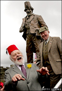 Sir Anthony Hopkins unveils a statue of Tommy Cooper watched by Tommy Cooper Society chairman Angus Donaldson (Photo by Matt Cardy/Getty Images)