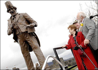 Sir Anthony admires the Tommy Cooper statue (Photo: Roger Donovan/PA Wire)