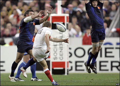 Jonny Wilkinson kicks a drop-goal
