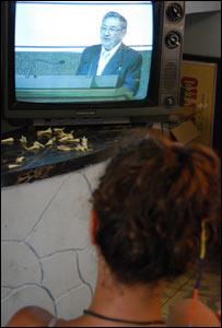 Mujer cubana mira la televisión donde se trasmite el discurso de Raúl Castro (Foto: Raquel Pérez)