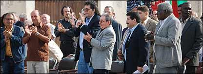 Raúl Castro rodeado de compañeros
