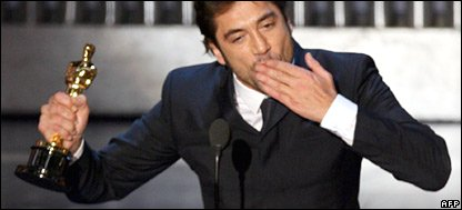Javier Bardem picks up his best supporting actor award