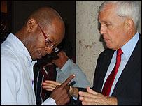 Manuel Costa Morúa y un diplomático de EE.UU. (Foto: Raquel Pérez)