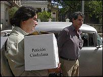 Osvaldo Payá recogiendo peticiones (Foto: Raquel Pérez)