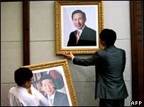 Lee Myung-bak's portrait replaces Roh Moo-hyun's at a government office