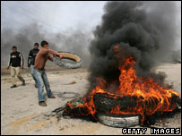 Young protesters burn tyres near Israel-Gaza crossing