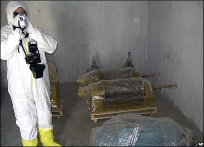 A researcher videos equipment removed from the Yongbyon nuclear plant in North Korea (14/02/2008)