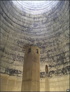 The empty inner structure of a cooling tower at Yongbyon nuclear plant in North Korea (14/02/2008)