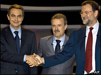 Jose Luis Rodriguez Zapatero, left, shakes hands with Mariano Rajoy, right, as moderator Manuel Campo Vidal looks on, 25 February 2008