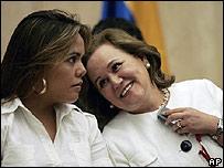 Ángela de Pérez (der.) y su hija Carolina en Caracas el 25 de febrero