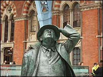 Statue of Sir John Betjeman looking up at the vaulted ceiling of St Pancras station