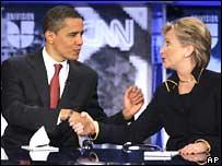 Barack Obama y Hillary Clinton se dan la mano