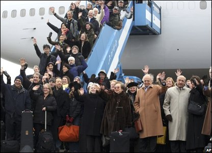 Members of the New York Philharmonic orchestra wave on arrival at Pyongyang airport, North Korea (25/02/2008)
