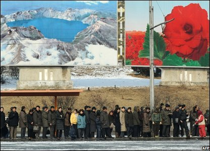 Commuters wait for a bus in Pyongyang, North Korea (26/02/2008)