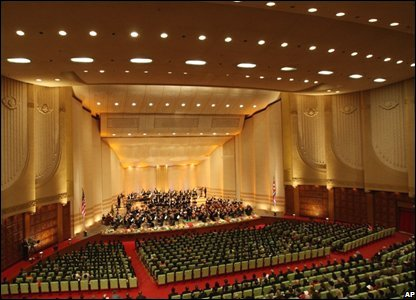 The New York Philharmonic orchestra perform in the East Pyongyang Grand Theatre in North Korea (26/02/2008)