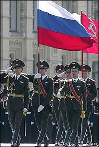 Soldados con banderas rusa y soviética.